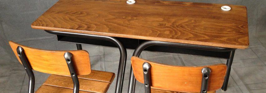 …du bureau d'école en bois.